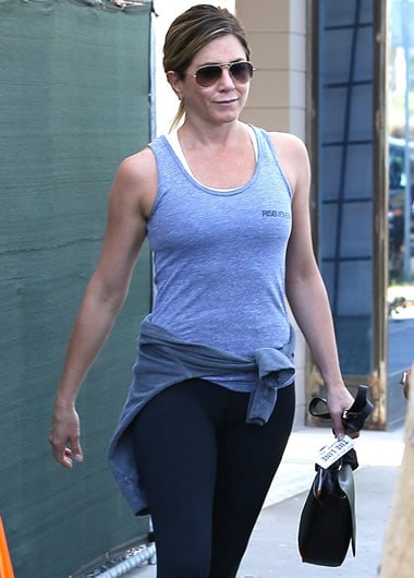 Jennifer Aniston with sporty clothes and sunglasses