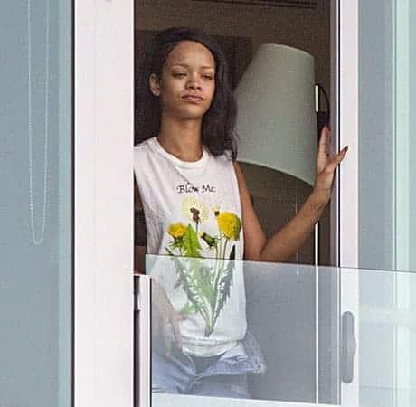 Makeup-less Rihanna at the hotel balcony
