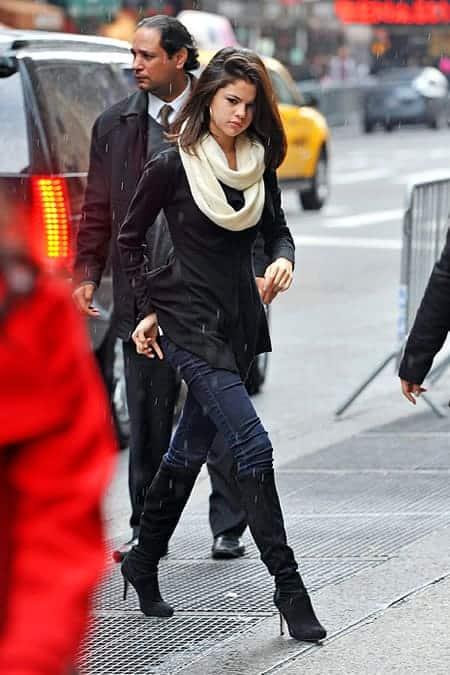 Selena Gomez don't slip in the rain