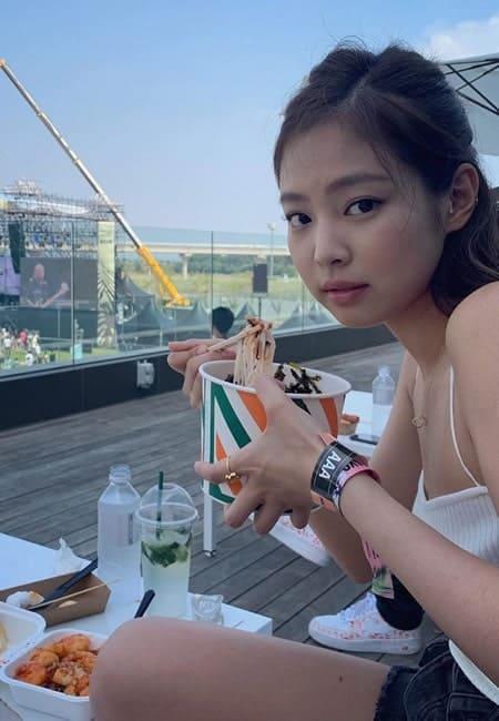 Blackpink Jennie eating noodles