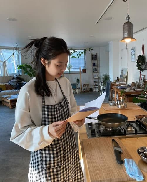 Blackpink Jennie learning to cook